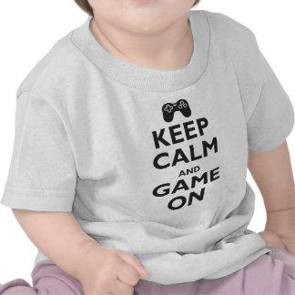 Mantenha a calma e o jogo sobre t-shirt