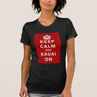 Mantenha a calma e o Kauai sobre T-shirts