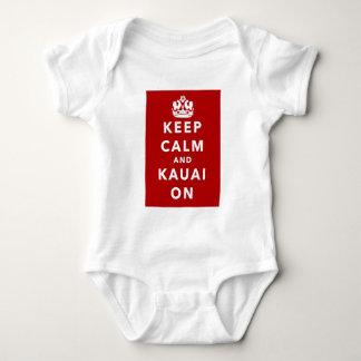 Mantenha a calma e o Kauai sobre Tshirts