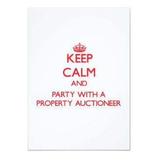 Mantenha a calma e o partido com um leiloeiro da convite personalizado