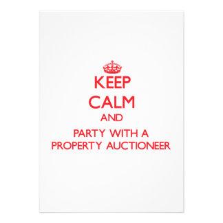 Mantenha a calma e o partido com um leiloeiro da p convite personalizado