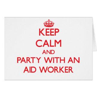 Mantenha a calma e o partido com um trabalhador de cartão comemorativo