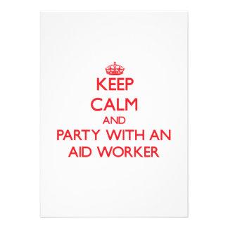 Mantenha a calma e o partido com um trabalhador de convites personalizados