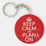 Mantenha a calma e o plano em (em alguma cor) chaveiro