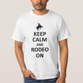 Mantenha a calma e o rodeio sobre camisetas