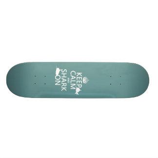 Mantenha a calma e o tubarão em (as cores customiz skate personalizado
