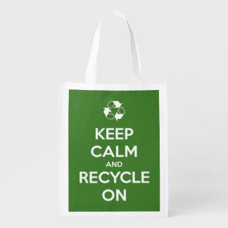 Mantenha a calma e recicl na sacola reusável verde