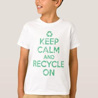Mantenha a calma e recicl sobre camiseta