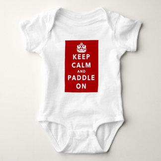 Mantenha a calma e reme sobre t-shirt