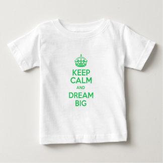 Mantenha a calma e sonhe grande camiseta para bebê