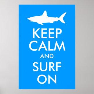 Mantenha a calma e surfe-a sobre pôster