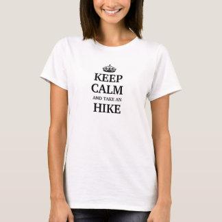 Mantenha a calma e tome uma caminhada camiseta