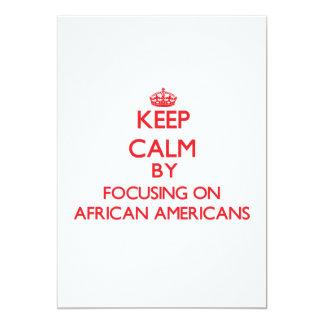 Mantenha a calma focalizando em afro-americanos convite 12.7 x 17.78cm