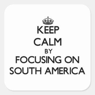 Mantenha a calma focalizando em Ámérica do Sul Adesivo Quadrado