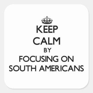 Mantenha a calma focalizando em americanos sul adesivo quadrado