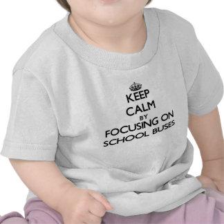 Mantenha a calma focalizando em auto escolares t-shirt
