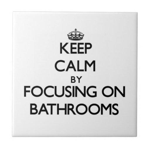 Mantenha a calma focalizando em banheiros azulejo de cerâmica