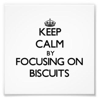 Mantenha a calma focalizando em biscoitos fotos