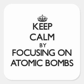 Mantenha a calma focalizando em bombas atômicas adesivo em forma quadrada