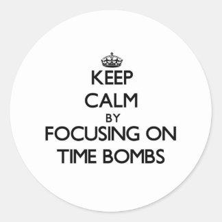 Mantenha a calma focalizando em bombas-relógio adesivo redondo