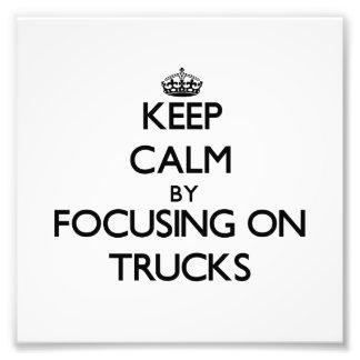 Mantenha a calma focalizando em caminhões impressão de foto