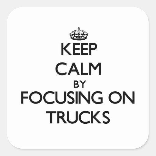 Mantenha a calma focalizando em caminhões adesivo em forma quadrada