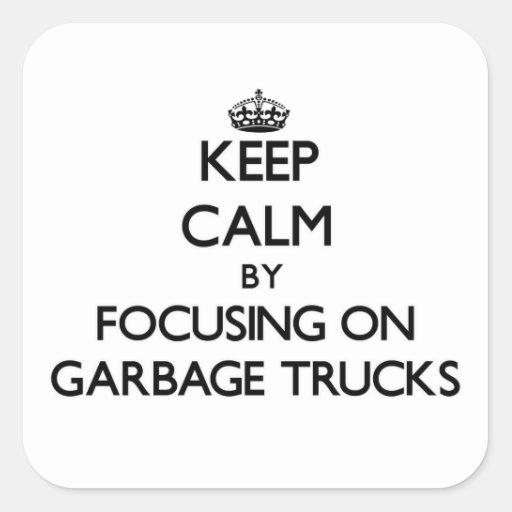 Mantenha a calma focalizando em caminhões de lixo adesivos quadrados