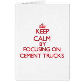 Mantenha a calma focalizando em caminhões do cartão comemorativo