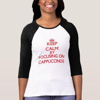 Mantenha a calma focalizando em Cappuccinos Camiseta