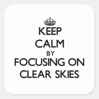 Mantenha a calma focalizando em céus claros adesivo quadrado