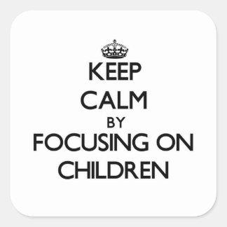 Mantenha a calma focalizando em crianças adesivo quadrado