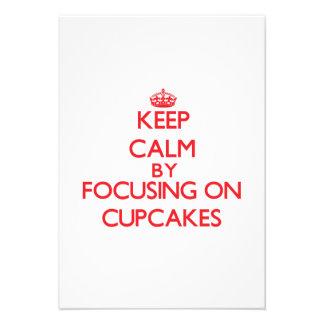 Mantenha a calma focalizando em cupcakes convite personalizado
