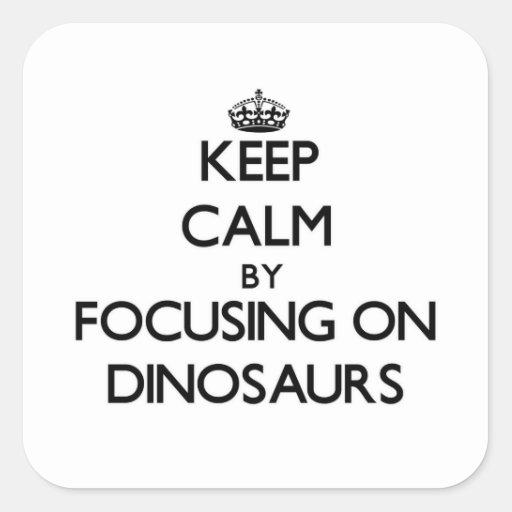 Mantenha a calma focalizando em dinossauros adesivo quadrado
