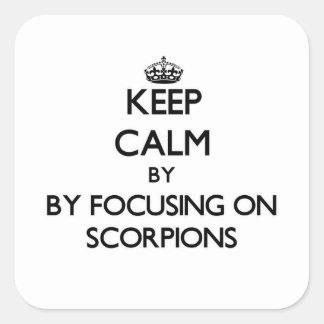Mantenha a calma focalizando em escorpião adesivo quadrado