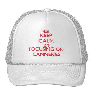 Mantenha a calma focalizando em fábricas de boné
