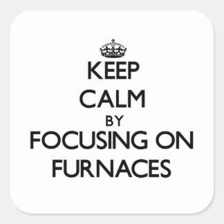 Mantenha a calma focalizando em fornalhas adesivo em forma quadrada