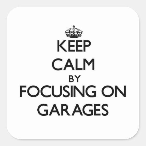 Mantenha a calma focalizando em garagens adesivo quadrado