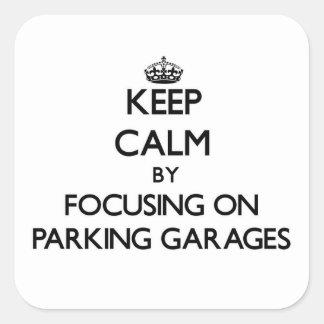 Mantenha a calma focalizando em garagens de adesivos quadrados