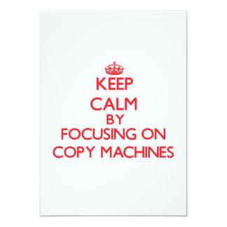 Mantenha a calma focalizando em máquinas da cópia convite personalizado