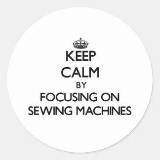 Mantenha a calma focalizando em máquinas de costur
