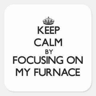 Mantenha a calma focalizando em minha fornalha adesivo em forma quadrada