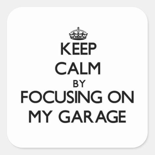 Mantenha a calma focalizando em minha garagem adesivo em forma quadrada