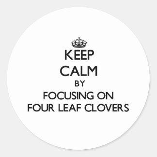 Mantenha a calma focalizando em quatro trevos da adesivo