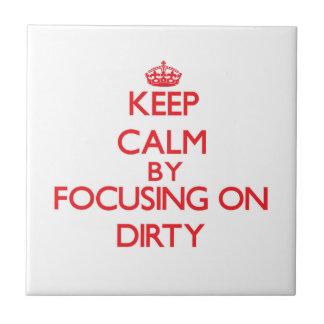 Mantenha a calma focalizando em sujo azulejos