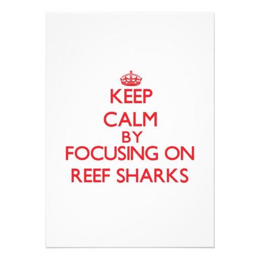 Mantenha a calma focalizando em tubarões do recife convites personalizado