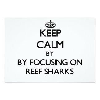 Mantenha a calma focalizando em tubarões do recife convites
