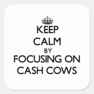Mantenha a calma focalizando em vacas de dinheiro adesivo quadrado
