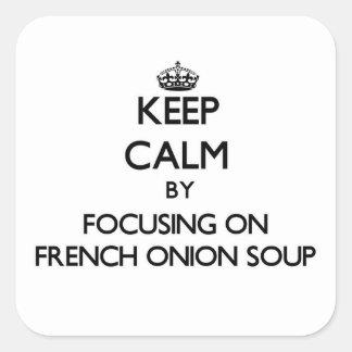 Mantenha a calma focalizando na sopa francesa da adesivo quadrado