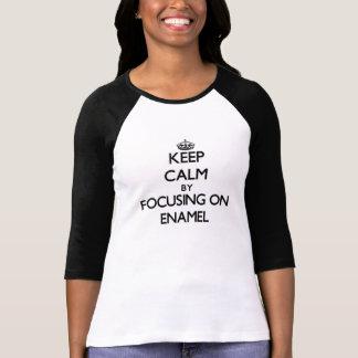 Mantenha a calma focalizando no ESMALTE Camisetas