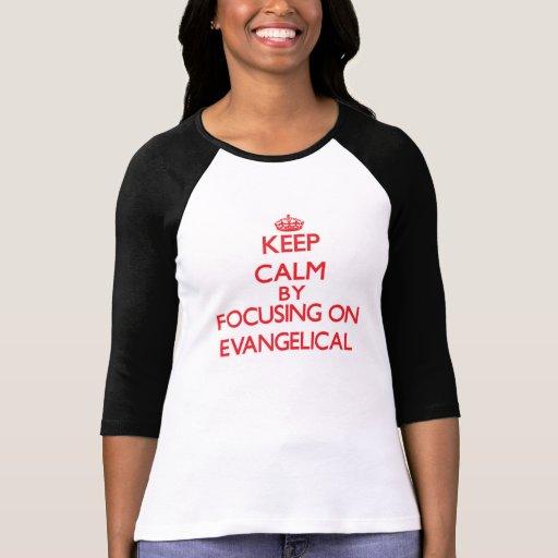 Mantenha a calma focalizando no EVANGELICAL Camisetas
